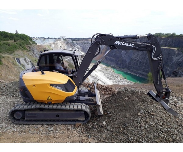 Excavator multifunctional pe senile Mecalac 15 MC
